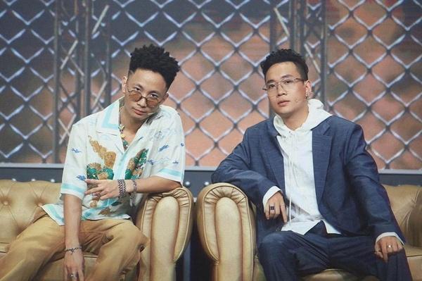 """ngồi cùng vị trí với rhymastic trong rap việt, justatee được khán giả nhận xét là ban giám khảo """"mềm          mỏng manh"""" - nguồn ảnh: internet"""