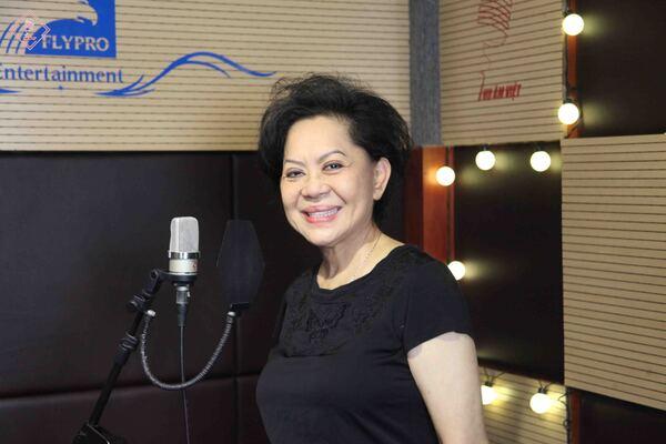 danh ca giao linh trong buổi thu âm ca khúc thành phố bi quan(ns. lam phương) tại phòng thu âm chuyên nghiệp thu Âm việt - nguồn ảnh: internet