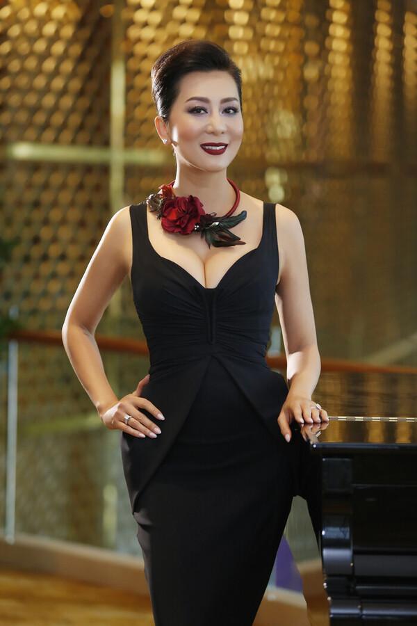 trang phục tôn đường cong của mc kỳ duyên ở tuổi 50 - nguồn ảnh: internet