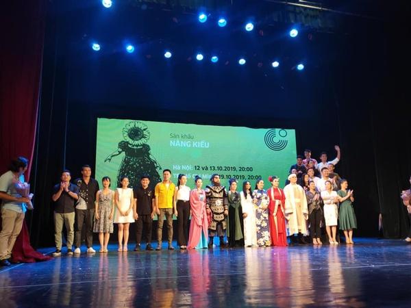 nsnd hồng vân và các nghệ sĩ tham gia vào dự án nàng kiều của nhà hát tuổi trẻ. - nguồn ảnh: internet