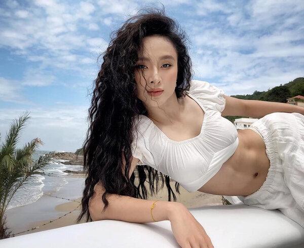 Trong khoảng thời gian đầu chập chững với nghề, Angela Phương Trinh luôn có sự đồng hành từ bố - nguồn ảnh: internet